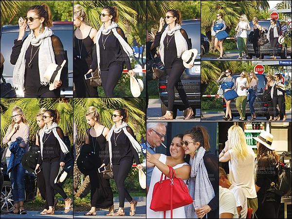 19/07/15 : Après avoir quitté l'aéroport, Nina D. a été vue avec ses copines dans les rues de St Tropez en France. Je suis vraiment contente que Nina soit en France. Pour la tenue je l'aime bien, mais Nina il fait chaud dans le sud pour mettre une écharpe/un pull?