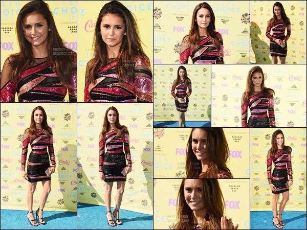 16/08/15: La magnifique Nina Dobrev était présente à la cérémonie des « Teen Choice Awards » à Los Angeles. Nina est repartie avec deux trophées dont celui de la meilleure actrice dans une série fantastique et du meilleur baiser partagé avec Ian Somerhalder.
