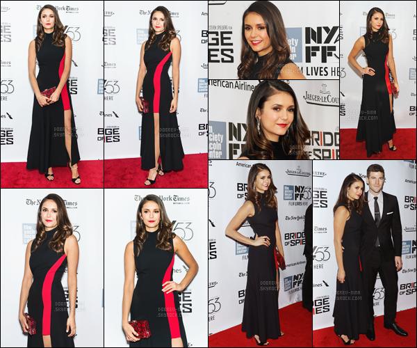 04/10/2015 : Nina Dobrev était à l'avant-première du film Bridges of Spices au festival du film - de New York. Nina était vraiment magnifique dans cette robe Versace. Les photos avec Austin sur le red carpet sont superbes, j'adore ce couple - Donne ton avis !