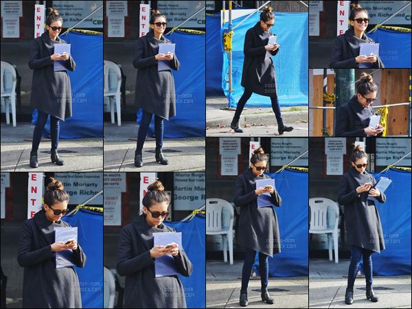 27/10/2015 : Nina Dobrev a été vue près du lieu de tournage de la comédie romantique Crash Pad à Vancouver. Nina D. a obtenu un rôle dans ce film mais aucunes informations concernant son rôle dans ce film. Pour la tenue c'est un top, j'adore les bottines !