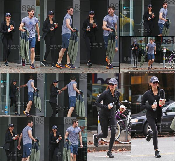 - 03/11/2015 : Nina Dobrev a été photographiée sortant de son cours de Yoga  avec Austin Stowell à Vancoucer.   Je n'ai pas d'avis sur la tenue vue que c'est une tenue de sport. Même derrière ses lunettes et cachée sous sa casquette, notre belle a le sourire ! -
