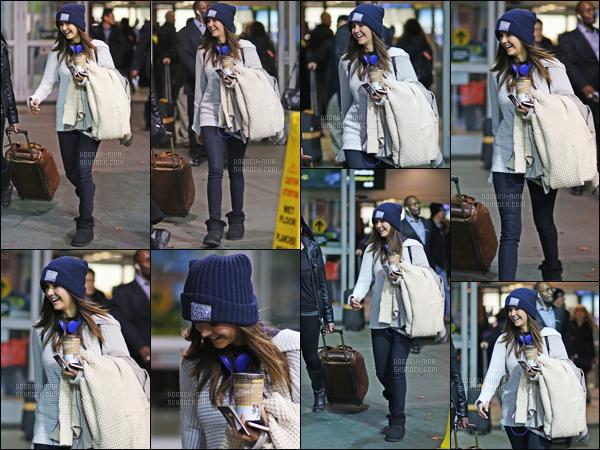 - 17/11/2015 : Nina Dobreva a été photographiée alors qu'elle arrivait à l'aéroport de Vancouver après son vol.   Après son vol Los Angeles - Vancouver, Nina reste tout de même sourirante. Pour la tenue c'est un bof. Aucunes informations concernant sa venue. -