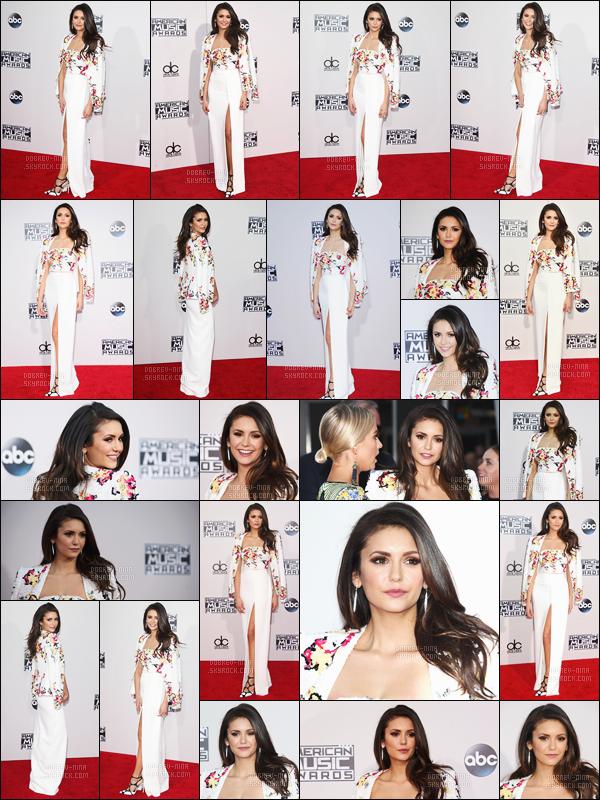 - 22/11/15: La superbe Nina Dobrev était présente sur le red carpet des American Music Awards à Los Angeles.   Pour pas changer ses habitudes, Nina portait une magnifique robe par Zuhair Murad. Elle était accompagnée de sa BFF - l'actrice Julianne Hough. -