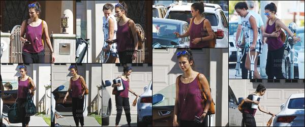 06/06/2016: Notre actrice a été photographiée avec son amie dans les rues de Santa Monica - en Californie. Parlons de la tenue de Nina qui est tout simplement horrible mais bon on va dire qu'elle avait la flemme. Donne ton avis par commentaire si tu veux