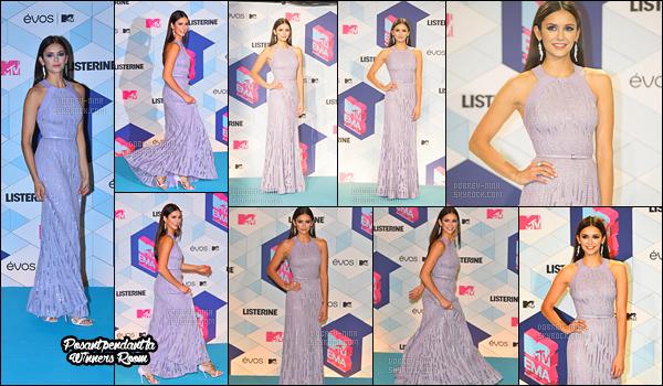06/11/16: La belle Nina Dobrev était présente à la cérémonie des « MTV Europe Music Awards » à Rotterdam. Lors de la cérémonie Nina a présenté une catégorie avec sa co-star Deepika Padukone. Je suis sous le charme, elle est superbe, rien a redire.