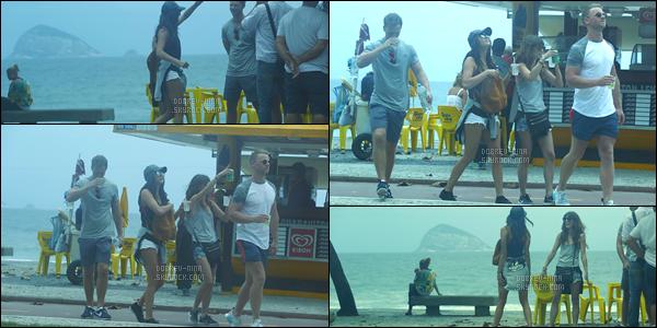 02/12/16: La superbe Nina Dobrev a été photographiée par les paparazzis faisant un « Saut en Parapente  » à Rio. On retrouve une Nina plutôt  très, très, très souriante. Une tenue simple que je trouve adapté pour un petit saut en parapente. VOTRE AVIS ?!