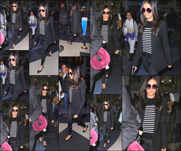 04/01/17: Notre superbe Ninouche a été aperçue arrivant à l'aéroport de « LAX  » à Los Angeles direction le Mexique. Je ne suis pas une adepte des ballerines et ne suis pas une fan du haut ainsi que des lunettes, un top quand même car elle porte bien le tout !
