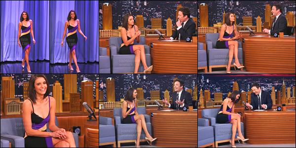 17/01/17: Le soir même, Nina D. s'est rendue sur le plateau du talk show, « The Tonight Show » de Jimmy Fallon. Nina adopte une toute autre tenue. J'adore a robe, elle va à ravir, le make-up, les chaussures et la coiffure sont supers. Un gros top pour Nina..