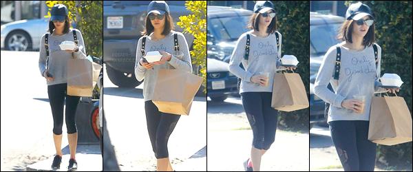 15/02/17: Notre sublime starlette, Nina D, a été photographiée allant « chercher à manger » dans West Hollywood. Que dire de la tenue ? Ni' devait surement sortir de son cour de sport, je ne donne pas de flop, ni top, se sera un bof ! - QU'EN PENSEZ-VOUS ?!