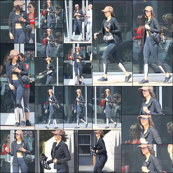 19/03/17: La talentueuse Nina a été photographiée alors qu'elle quittait la « salle de sport » dans West Hollywood. Sac à la main en courant un petit peu, nous retrouvons une Nina sans sourire. Sa tenue est sympa, j'aime la casquette qui lui va très bien - AVIS ?!