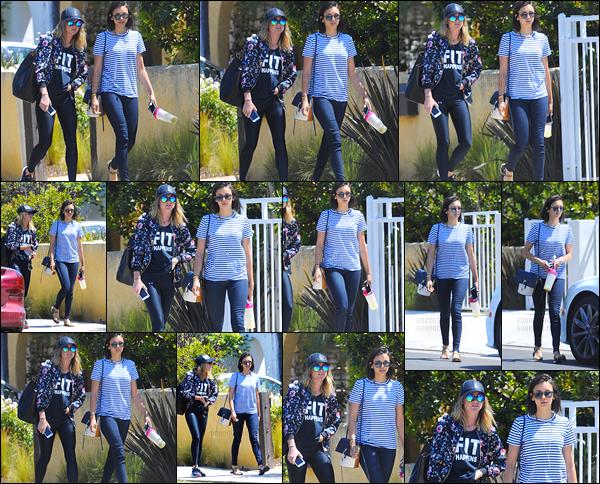 18/04/17: La splendide Nina Dobrev a été photographiée  se baladant dans les rues de Los Angeles avec son amie. C'est donc avec son amie Lane Cheek que la belle starlette a été vue se promenant dans la ville de Los Angeles. J'aime bien la tenue, un top !