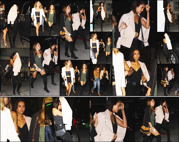 29/06/17: Notre Nina Dobrev à été photographiée avec des amies sortant d'une soirée qui se déroulait à Los Angeles. Entre les tournages Nina ne s'arrête plus, elle semblait fatiguée et pas d'humeur à se faire prendre en photo lors de cette sortie. Un beau top le look !