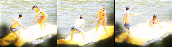 07/07/17: Nina Dobrev a été vue s'amusant au bord d'un lac avec des amis la veille du mariage de Julianne à Idaho. C'est toute souriante que Nina était au bord d'un lac la veille du mariage de sa meilleure amie, Julianne Hough. J'aime beaucoup  le maillot de bain !