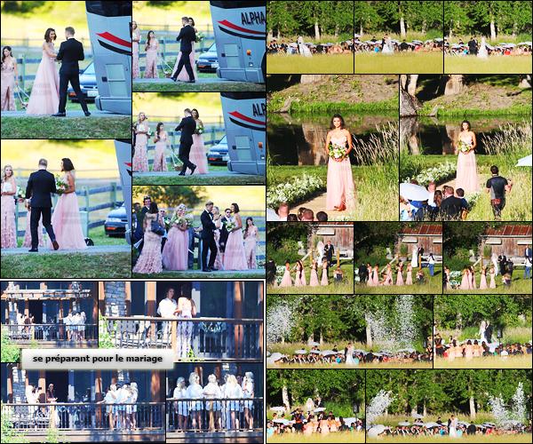 08/07/17: Nina Dobrev s'est rendue au mariage de sa meilleure amie Julianne Hough dans la ville de Coeur d'Alene. Sans surprise, Nina faisait partie d'une des demoiselles d'honneur et ce fut sa première fois. Elle portait une robe Marchesa Notte. Je donne un top !