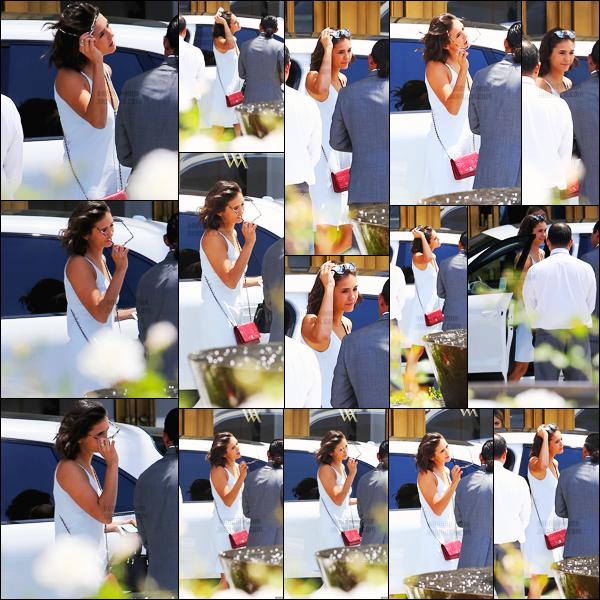 14/07/17 ─ Nina Dobrev a été photographiée arrivant à l'hôtel « Beverly Hilton » qui se trouvait dans Los Angeles. C'est vêtue d'une robe blanche et de lunettes de soleil que la belle était devant l'hôtel dans un look d'été. Elle est vraiment trop mignonne - un top !