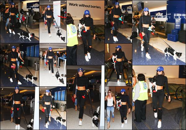 19/07/17 ─ Nina Dobrev a été vue en arrivant à l'aéroport de « LAX » qui se trouve à Los Angeles dans la Californie. Ce n'est pas seule mais plutôt en compagnie de la petite Maverick et d'une amie qu'elle s'est rendue à l'intérieur de l'aéroport. Elle est souriante, top !