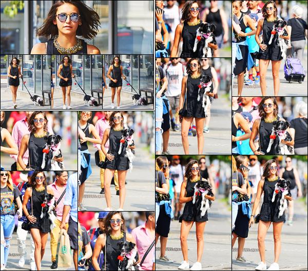 23/07/17 ─ Nina Dobrev a été photographiée par les paparazzis lorsqu'elle se promenait avec Maverick à New York. Notre belle brune était toute souriante lors de cette sortie, un rayon de soleil ! Elle était vraiment ravissante et j'aime beaucoup la tenue, c'est un top !