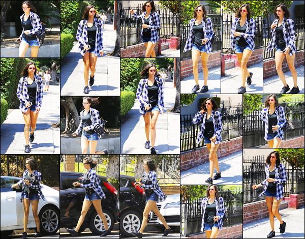 12/08/17 ─ Nina Dobrev a une fois de plus été aperçue se baladant l'air un peu pressé dans la ville de Los Angeles. La jolie bulgare n'avait pas vraiment l'air d'avoir du temps devant elle puisqu'elle paraissait pressé dans son petit look estivale que j'aime bien - top !
