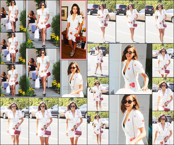 """13/08/17 ─ Nina Dobrev a été photographiée se rendant à une fête privée organisée par « InStyle Magazine », LA. Cette fête se déroulait à Brentwood par le magazine InStyle et s'appelait """"Day Of Indulgence"""". Coup de coeur pour son look, c'est encore un - top !"""