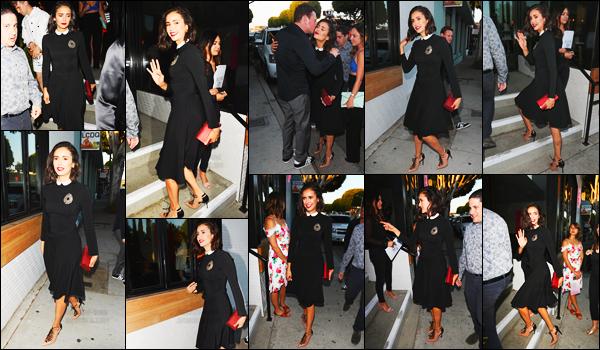 22/08/17 ─ Nina Dobrev s'est rendue à une dîner organisé par « Harper's Bazaar » qui se déroulait à Los Angeles. Un dîner dont elle était l'invitée d'honneur puisqu'il était organisé à l'occasion de la sortie du numéro dont elle fait la couverture. C'est un gros top !
