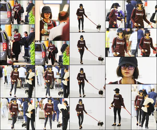 02/10/17 ─ Nina D. a été vue à l'aéroport de Toronto avec Maverick pour se rendre sur le tournage de « Lucky Day ». C'est le tout premier candid de notre brunette avec sa nouvelle tête. J'aime bien la tenue qui est simple, je lui accorde donc encore un très beau top !