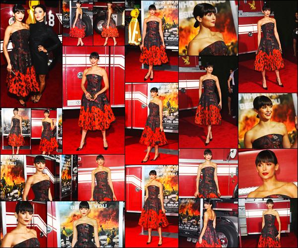 08/10/17 ─ Nina Dobrev s'est rendue à l'avant-première du film « Only the Brave » dans Los Angeles en Californie. De rouge vêtue notre belle Nina a posée sur la tapis en compagnie de son amie Jessica Szohr. Elle était mignonne dans cette robe mais c'est un bof !