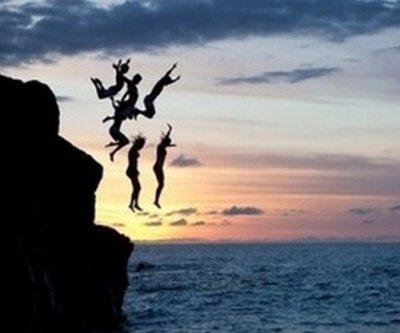 Certaines personnes rendent ta vie meilleure en faisant partie de celle-ci, alors que d'autres la rendent meilleure en la quittant.