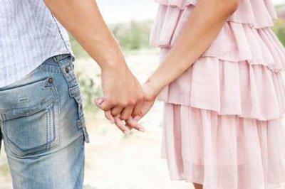 Alors on se prend la main, comme des enfants, le bonheur aux lèvres, un peu naïvement.