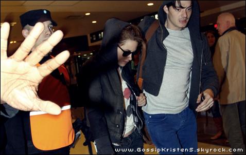 28.08.2010  Kristen Stewart a été vue en Argentine, à l'aéroport de Buenos Aires