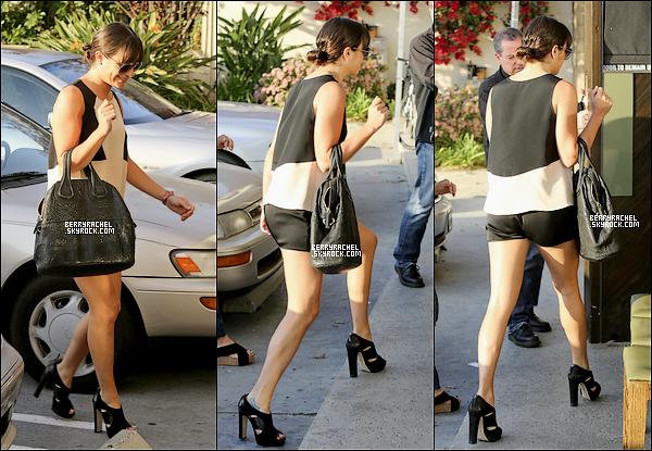 11/04/13 : Lea a été aperçu se dirigeant dans le restaurant Sugarfish pour dîner avec ses parents Edith et Marc  à Studio City, en Californie.