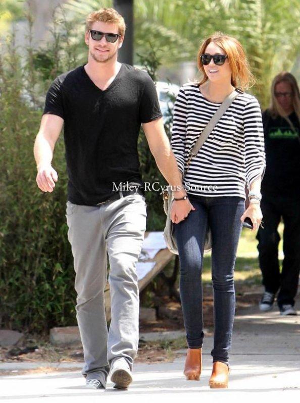 .  08.06.10: Miley et Liam faisant du Shoping à Toluca Lake  puis ils sont aperçu sur Melrose Avenue [Photo] Je note que j'adore la tenue de miley, le slim est magnifique et les marins sont à la mode. Cependant bémol pour les chaussures.  .