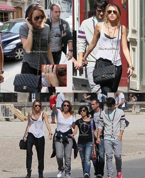 . 04.09.10: Miley Cyrus à Paris  Et ouis comme promis Miley s'est rendu à Paris pour la suite du tournage de LOL ce lundi 6 septembre 2010. Pour celle qui sont sur Paris, on ne sait pas encore dans quel hotel elle dort donc je ne peux pas vous dire où la voir! Niveau tenue j'aime beaucoup le haut malgré sa simplicité mais le pantalon j'aime vraiment pas. Tres jolie sac channel avec son petit bonnet j'adore. Tu Miley tout craché :) Sinon a part ça si vous regardez bien, Miley à un nouveau tatouage, un petit coeur sur l'auriculaire. C'est exactement le même que ça mère Tish.  .