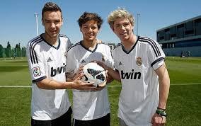 Liam, Louis et Niall qui se font un foot