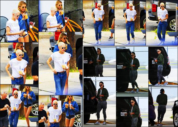 . 29.05.17 - Kristen Stewarta été aperçue en compagniede.Stella Maxwell, se promenant dans la Nouvelle Orléans. Kristen et sa petite-amie Stella prenaient du bon temps dans la ville de Louisiane, top ! C'est ensuite à l'aéroport qu'elles ont été vues. .