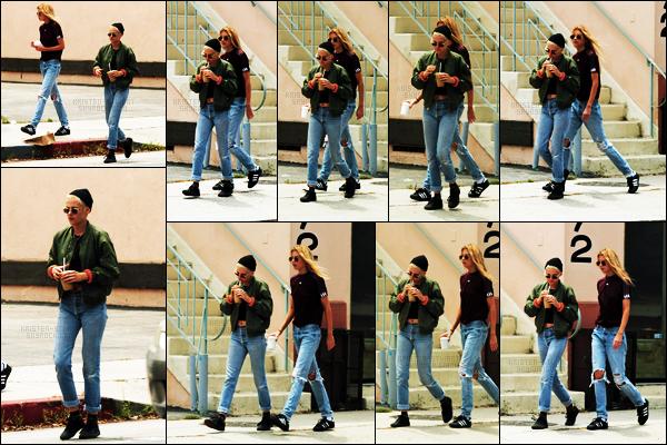 . 01.06.17 - Kristen Stewarta été aperçue, café à la main, en compagniede.Stella Maxwell, dans West Hollywood ! Notre petit couple a été repéré se promenant dans les rues de West Hollywood. Concernant la tenue de Kristen c'est un petit bof pour moi .