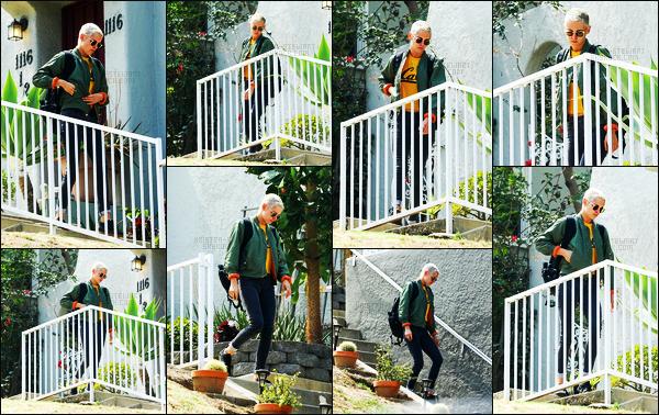 . 04.06.17 - Kristen Stewarta été photographiée en quittant le domicile de son amie Alicia Cargile, dans Los Angeles ! La belle actrice à rendue visite à son ex petite-amie, habitant dans la ville de Los Angeles (CA). J'aime bien la tenue de Kristen, c'est donc un petit top. .