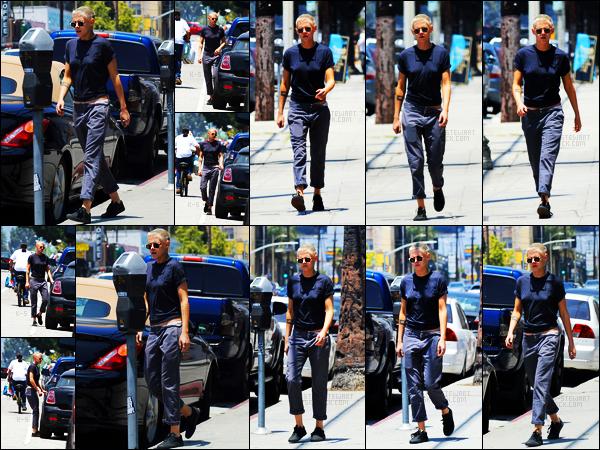 . 05.06.17 - Kristen Stewarta été aperçue en cette journée ensoleillée, faisant des courses dans Los FelizenCalifornie ! Nouveau candid pour la jolie blonde qui a été repérée faisant quelques courses à Los Feliz, dans Los Angeles. J'aime assez cette tenue ! .