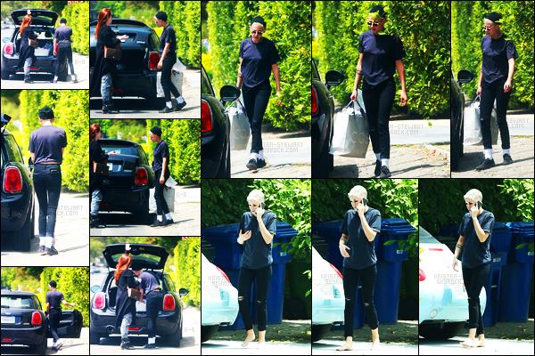 . 06.06.17 - Notre belle Kristen Stewarta été aperçue avec une amie dans le centre de la ville deLos AngelesenCalif! Nouveau jour, nouvelle sortie, Kristen. S était donc avec une amie se baladant dans Los Angeles. Tenue simple mais jolie, un beau top.. .