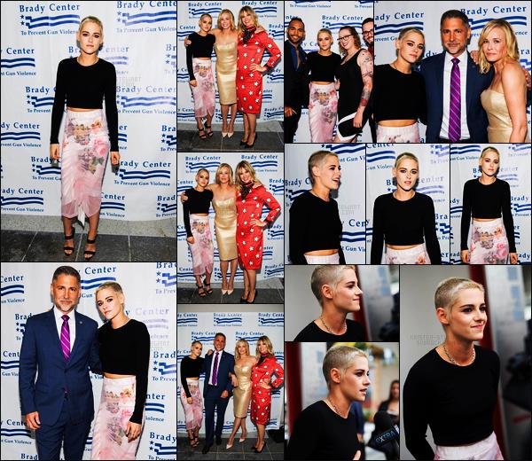 . 07.06.17 -Kristen Stewartétait présente aux «Brady Bear Awards» se déroulant dans la ville deLos Angeles (CA) Décidément pas de jour de repos pour Kristen ses temps-ci, elle s'est donc rendue hier au Gala Brady Bear Awards. J'aime beaucoup, top .