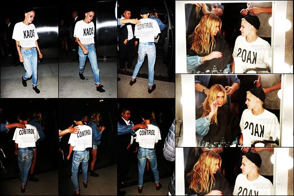 . 08.06.17 -Kristen Stewarta été vue au défilé «MoschinoSummer Spring - Menswear and Women's» dansLA ! C'est donc dans les backstage en compagnie de sa petite-amie Stella Maxwell, ainsi qu'en quittant le défilé qu'elle a été vue, un top ! .