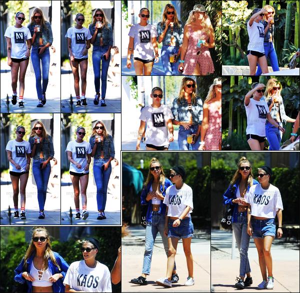 . 26.06.17 -Kristen Stewarta été aperçue avec Stella Maxwellet Suzieà Melrose Place, dans Los Angeles, Californie ! J'aime énormément la tenue de Kristen, un beau top. La veuille, Kristen toujours avec Stella, a été aperçue se baladant dans Malibu, top. .