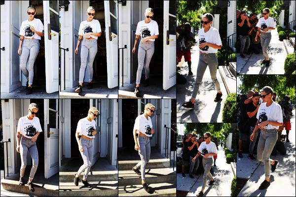 . 28.06.17 -Kristen Stewarta été aperçue avec Stella Maxwellquittant le restaurant «Gracias Madre », àLos Angeles ! Le soir même, le petit couple quittait The Nice Guy Club se situant à West Hollywood. Gros top pour la première tenue de Kristen, j'adore .