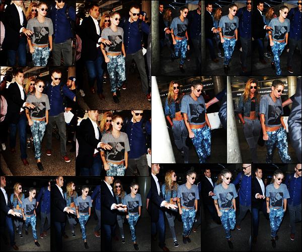 . 07.07.17 -Kristen Stewart, a été photographiée de retour à l'aéroport de « Lax» avec Stella Maxwell, à Los Angeles ! Le séjour de Kristen a Paris est terminé, et c'est donc de retour à Los Angeles qu'elle a été vue. Je ne suis pas fan de cette tenue, un bof .