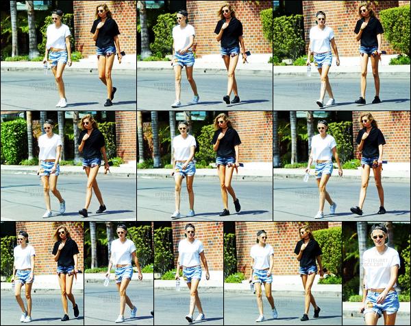 . 09.07.17 -Kristen Stewart, sous le soleil Californien, a été aperçue avec Stella Maxwell dans les rues de Los Angeles. C'est de nouveau en compagnie de sa chérieStella, que la belle actrice Kristen Stewart a été vue dans Los Angeles.. Un top pour la belle ! .