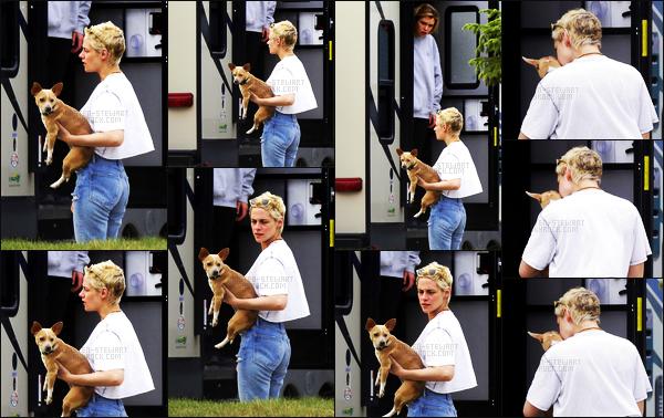 . 21.07.17 -Kristen Stewart, a été aperçue sur le tournage de son prochain film « JT Leory» àWinnipeg, auCanada ! Après deux semaines sans nouvelle, l'actrice a été vue sur le tournage de son prochain film avec Stella. Ses cheveux repoussent un peu. .