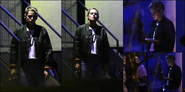 . 29.07.17 -Kristen Stewarta de nouveau été vue prenant sa pause cigarette sur le tournage de « JT Leory», Canada ! Pour cette sortie, malheureusement peu de photos ont été prises, et de mauvaise qualité, mais c'est toujours ça. Je lui donne un petit top .