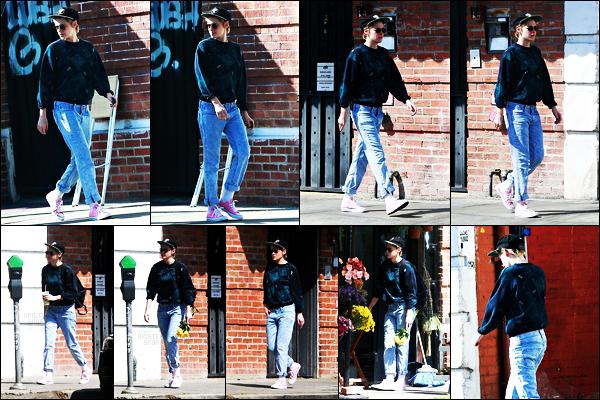 . 02.10.17 - Kristen Stewart a été aperçue par les paps, bouquet de fleurs à la main, dans les rues de Los Angeles ! (CA) Notre belle actrice a été aperçue lors d'une journée ensoleillée se baladant seule dans les rues de Los Angeles. Un petit bof pour la tenue ! .