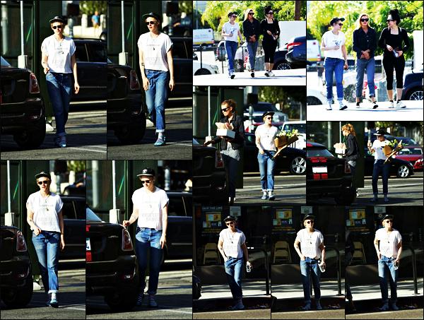 . 25.09.17 - Kristen Stewarten compagnie d'une amie et de Stella Maxwell, a été aperçue dans les rues de Los Angeles ! Kristen S. sort encore une fois le bout de son nez et toujours avec Stella elle a été vue dans Los Angeles. Je n'aime pas sa tenue, un flop ! .