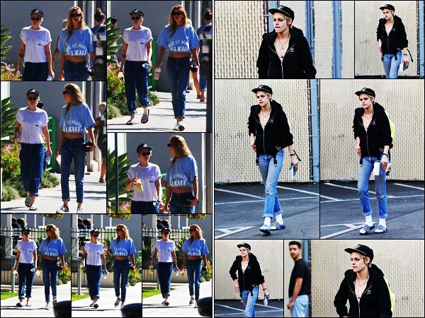 . 24.09.17 -Kristen Stewart a été photographiée une nouvelle fois avec sa petite amieStella Maxwell, dans Los Angeles Pas fan de la tenue de Kristen lors de cette sortie. Le 20/09 la belle a été vue dans Los Angeles, fidèle à son style, j'aime beaucoup ! Top .