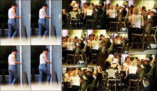 . 20.09.17 -Kristen Stewart a été photographiée avec Stella Maxwell, se rendant dans un spa, situé dans Los Angeles ! Le soir même c'est toujours en compagnie de Stella et d'autres amis que Kristen à dîner avec Emma Roberts. Je suis fan de cette sortie ! .